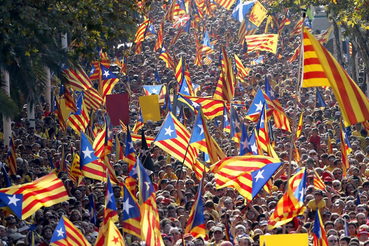 Manifestazione in catalogna per indipendenza, folla per strada e bandiere