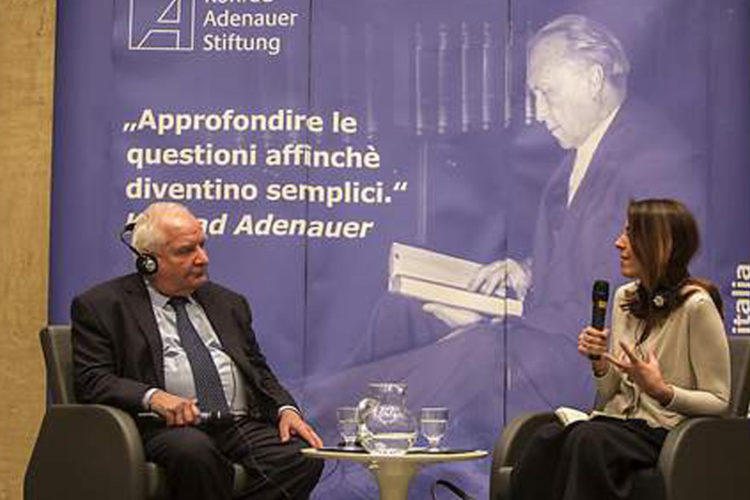 Daul e moderatrice che parlano al convegno della KAS.