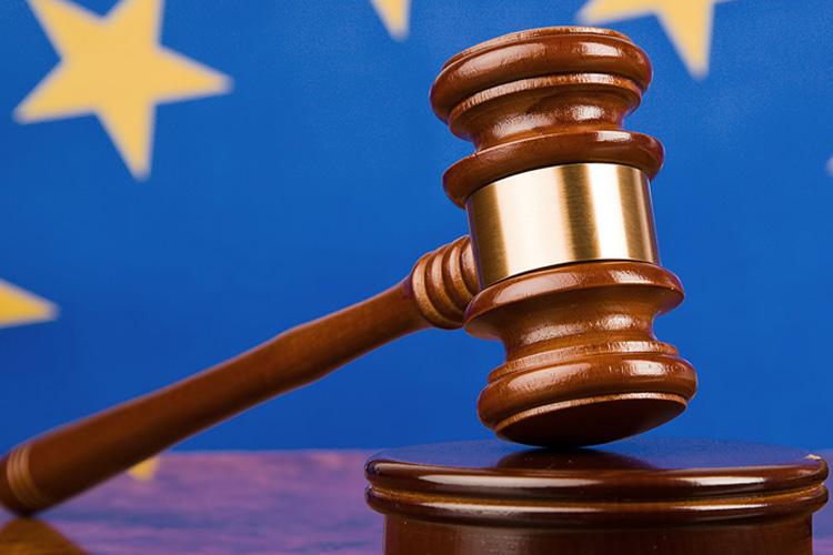 Martello giudice con bandiera europea dietro