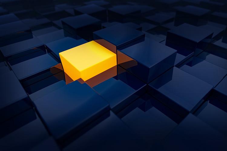 Cubo arancione in un labirinto di cubi blu
