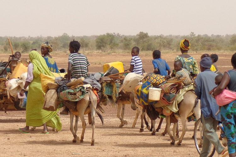 Popolazione africana che cammina nel deserto