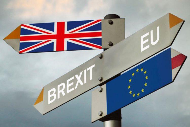 Bandiere dell'UE e del Regno Unito usate come segnali stradali che vanno in direzioni opposte