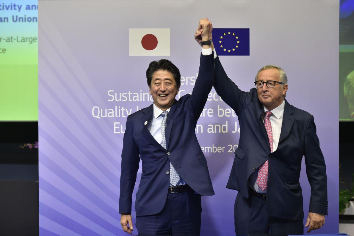 Jean-Claude Juncker e Shinzō Abe festeggiano gli accordi tra UE e Giappone