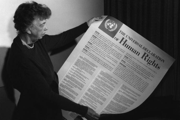 Eleanor Roosevelt tiene in mano la Dichiarazione Universale dei Diritti Umani