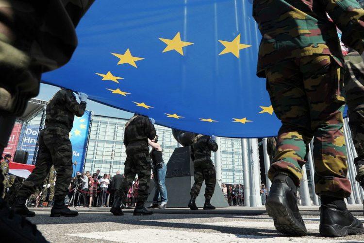 Soldati che marciano con bandiera dell'Unione Europea