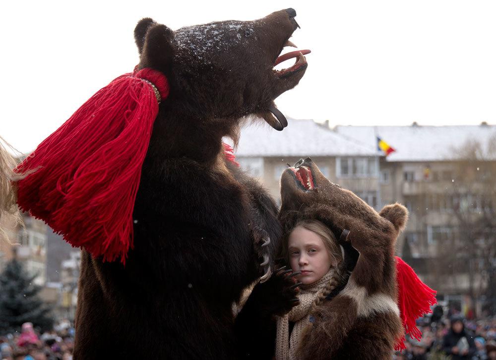 Orso finto con bambina che ha vestito di orso