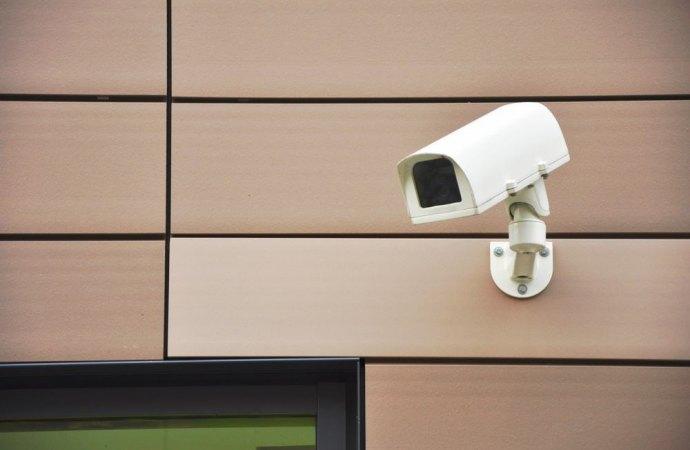 Telecamera di sorveglianza in un luogo pubblico