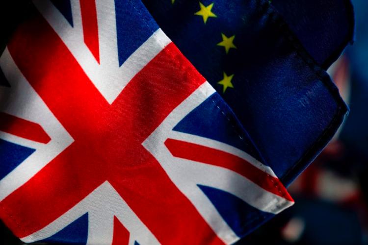 Brexit - Bandiera della Gran Bretagna;: croce rossa con bordo bianco su sfondo blue.