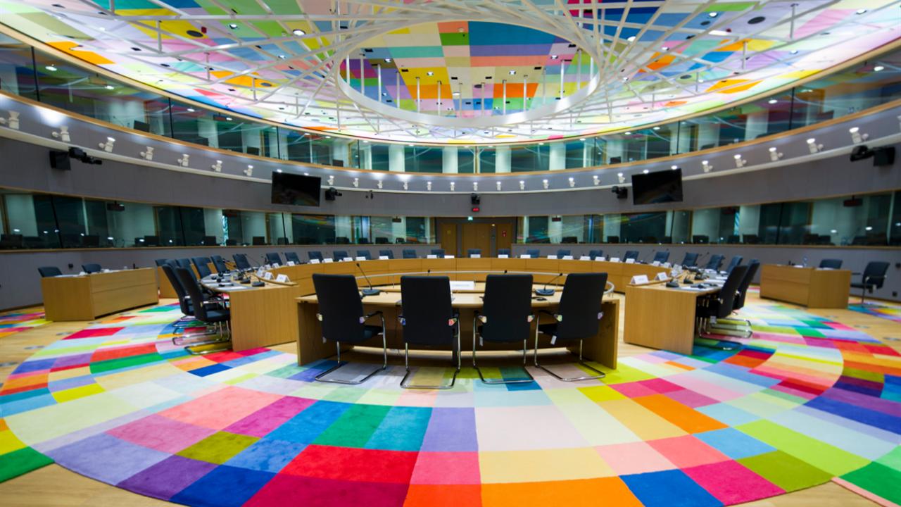 Grande sala colorata con tavolo circolare al centro